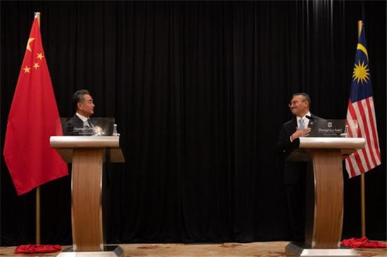 """王毅:美""""印太战略""""损害东亚和平与发展前景"""