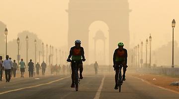 印度首都空气污染严重 居民过节仍狂放鞭炮
