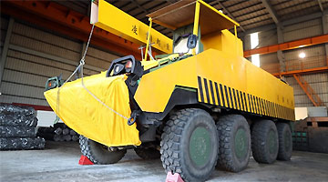 台军装甲车街头演练:漆成黄色 伪装起重车