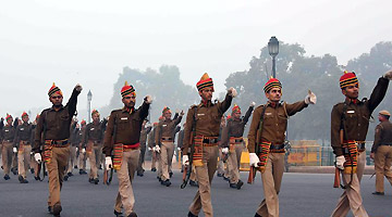 印媒:印军将按5战区重组 针对中巴就设立了两个战区