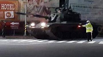 台军战车车队凌晨再驶上台中街头 岛内民众吓一跳
