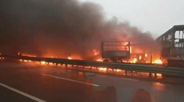 陕西包茂高速关庄沟大桥路段40余车相撞 已致3死6伤