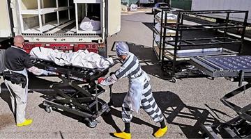 美国新冠死亡人数创新高 得州雇用囚犯搬运遗体