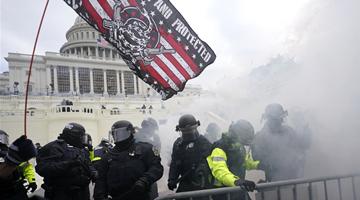 (多图) 美国示威者闯国会爆发流血冲突 有人中枪身亡