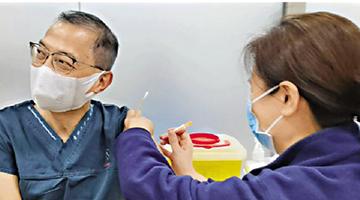 ?港大深圳医院院长卢宠茂接种疫苗 为国产疫苗投信心一票