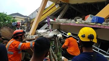 印尼地震逾26人死亡600多人受伤 建筑损毁供电中断