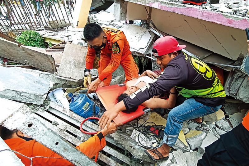 印尼疫中再遭重创 地震酿42死逾600伤