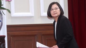 """臺媒體人上訴蔡英文""""博士論文不存在"""" 法庭被旁聽者擠爆"""