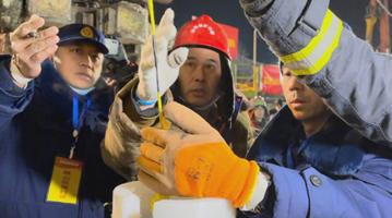 山东栖霞金矿爆炸事故救援进展:4号救生孔开始投送给养