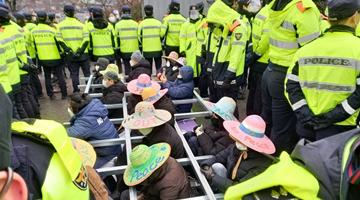 韓國防部向薩德基地運送物資,遭當地居民抗議