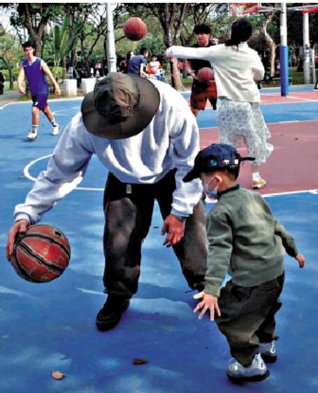 星趣集/余文樂教兒子打籃球