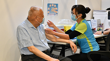 董建华接种科兴疫苗 吁香港市民团结合力战胜病毒