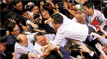 """完善选举制度保""""一国两制""""行稳致远 外媒看两会关注香港议题"""