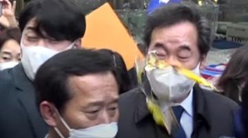 韩国执政党党首被扔鸡蛋:身边小哥没拦住 直接砸中脸