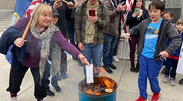 美国爱达荷州议会大厦发生抗议事件 家长携儿童焚烧口罩