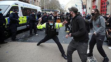 英国暴力示威致20警伤 首相:不可接受