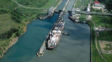 苏伊士运河一天内通航81艘船 搁浅事故调查已启动