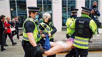 约翰逊斥英国暴徒袭警可耻 华春莹讽其双标