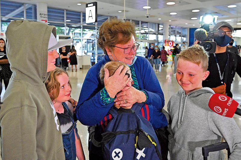 万众期待/400天后终通关 澳纽民众泪洒机场