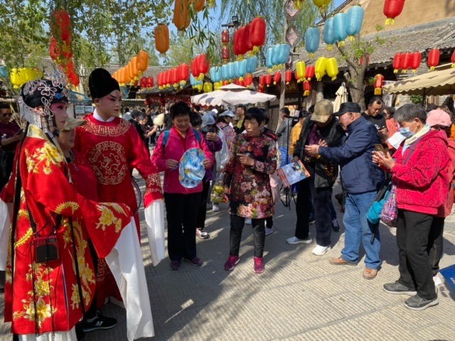 """""""五一""""北京周边游火爆,太行水镇游人如织"""
