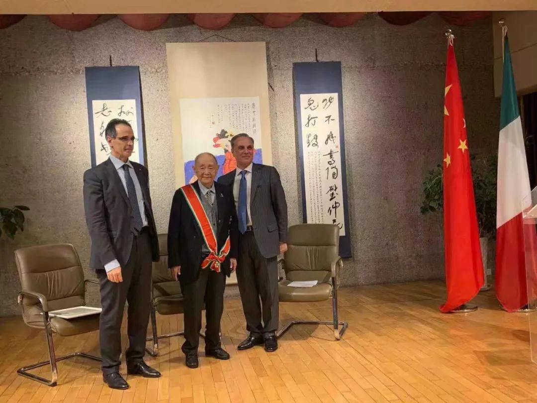 意大利驻华大使方澜意为97岁的艺术大师黄永玉先生授予意大利之星大十字骑士勋章