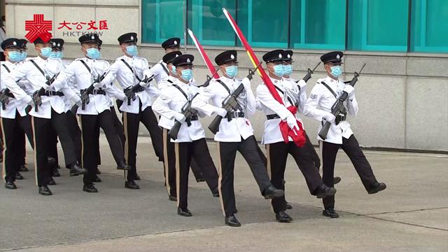 英姿飒爽!在金紫荆广场七一升旗仪式上,护旗队以中式步操入场