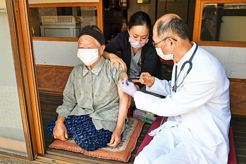 日本未接種長者染疫率高