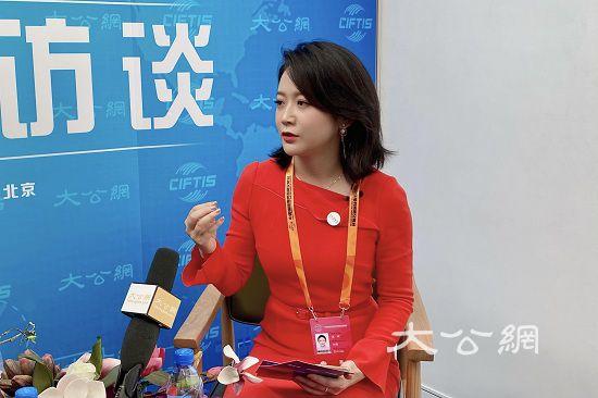 双语主持服贸会论坛 艾诚向世界讲好中国创新故事