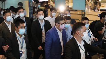 选委会选举丨邓炳强视察票站保安情况 为警员打气