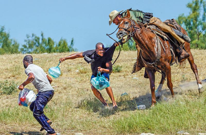 骑马执鞭驱赶移民 美边防捱轰