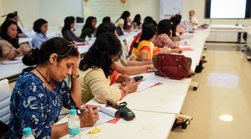 印度高官惹众怒 称2.8亿文盲成年人是国家沉重负担