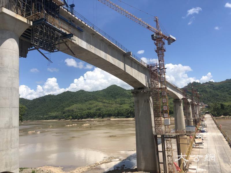 横跨半岛无人区 湄公河特大桥合龙