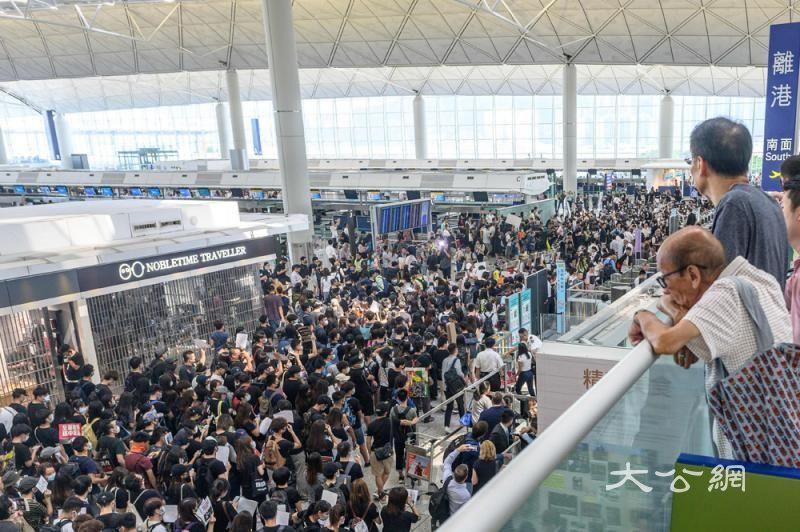 暴乱瘫香港机场 重创经贸物流旅游