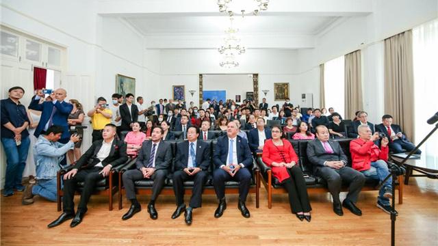 中国-古巴建交60周年纪念章交接仪式在京举行